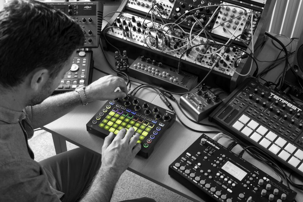 Novation ha anunciado dos nuevos productos en su línea de grooveboxes Circuit. La primera, Circuit Tracks, se basa en dos pistas de sintetizador polifónicas, dos pistas MIDI para secuenciar otros instrumentos y cuatro pistas de batería para reproducir samples.